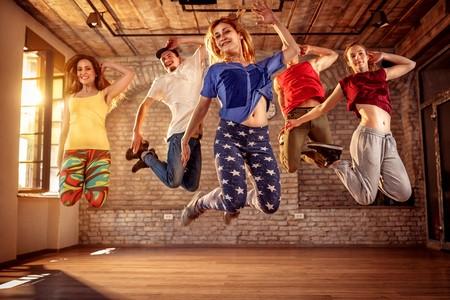 salle de danse plusieurs personnes sautent avec le sourire zumba