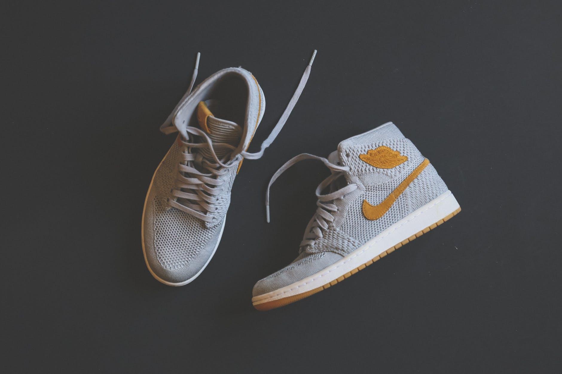 chaussure jordan grise et jaune