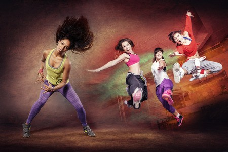 plusieurs femmes qui sautent et dansent la Zumba