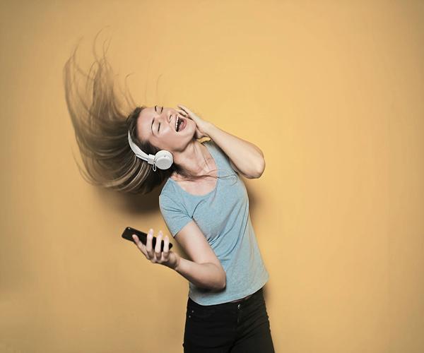 femme souriante qui écoute de la musique