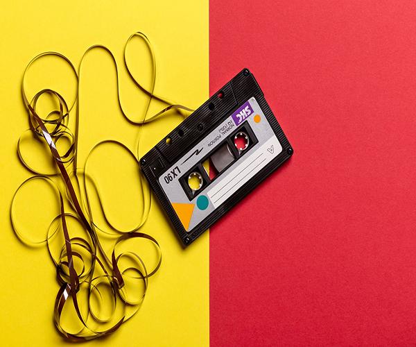 fond rouge et jaune avec cassette audio